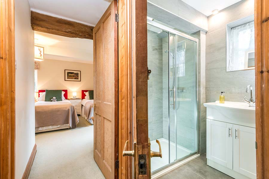 corridor looking at bedrooms and en-suite bathroom