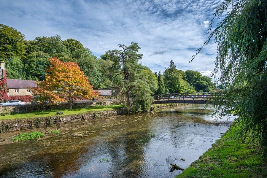 picture of cotswolds bridge and river