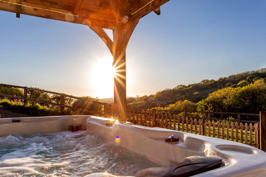 Kernock Cottages hot tub